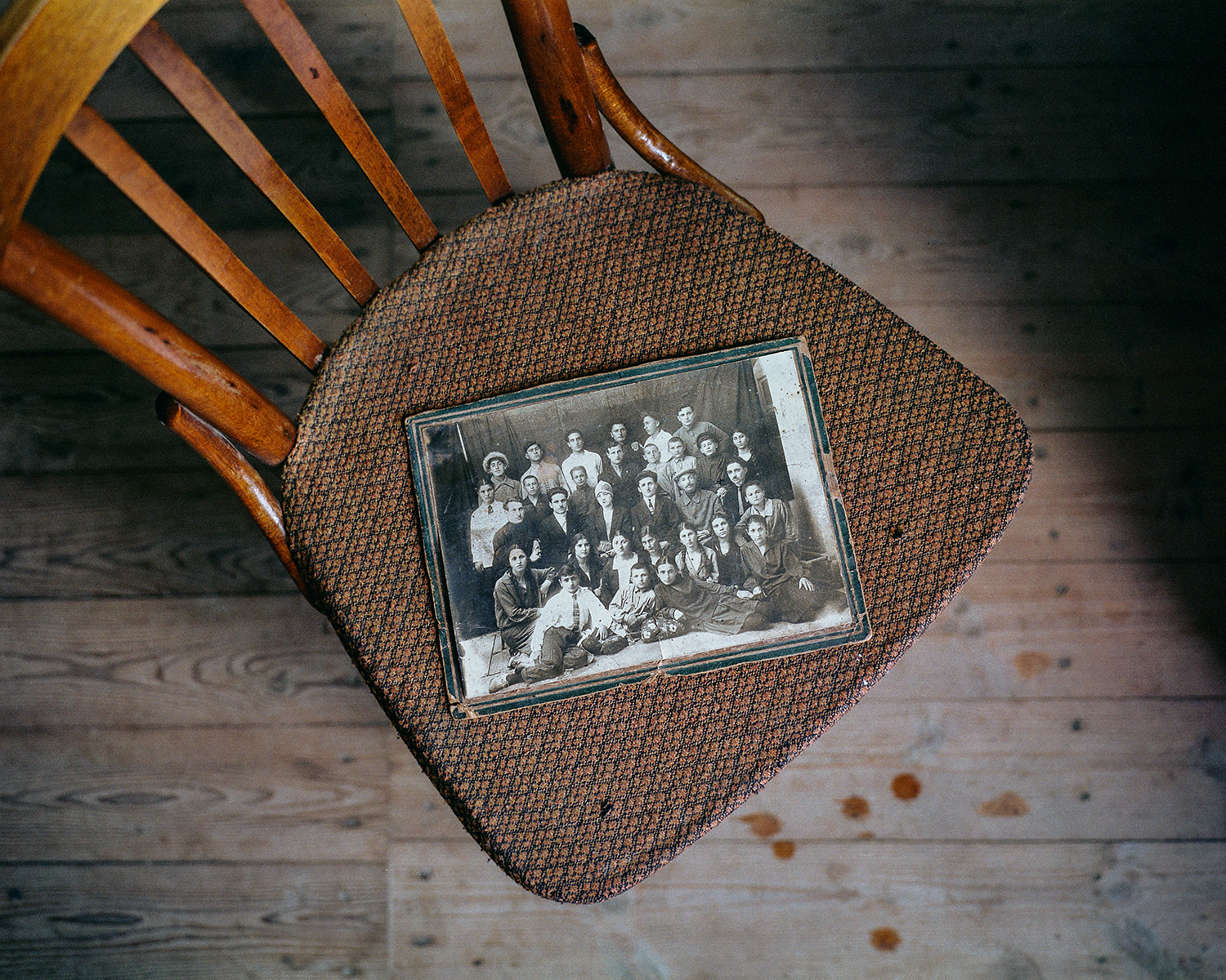 Steffen Junghanß - The Invisible Border old family photo on chair