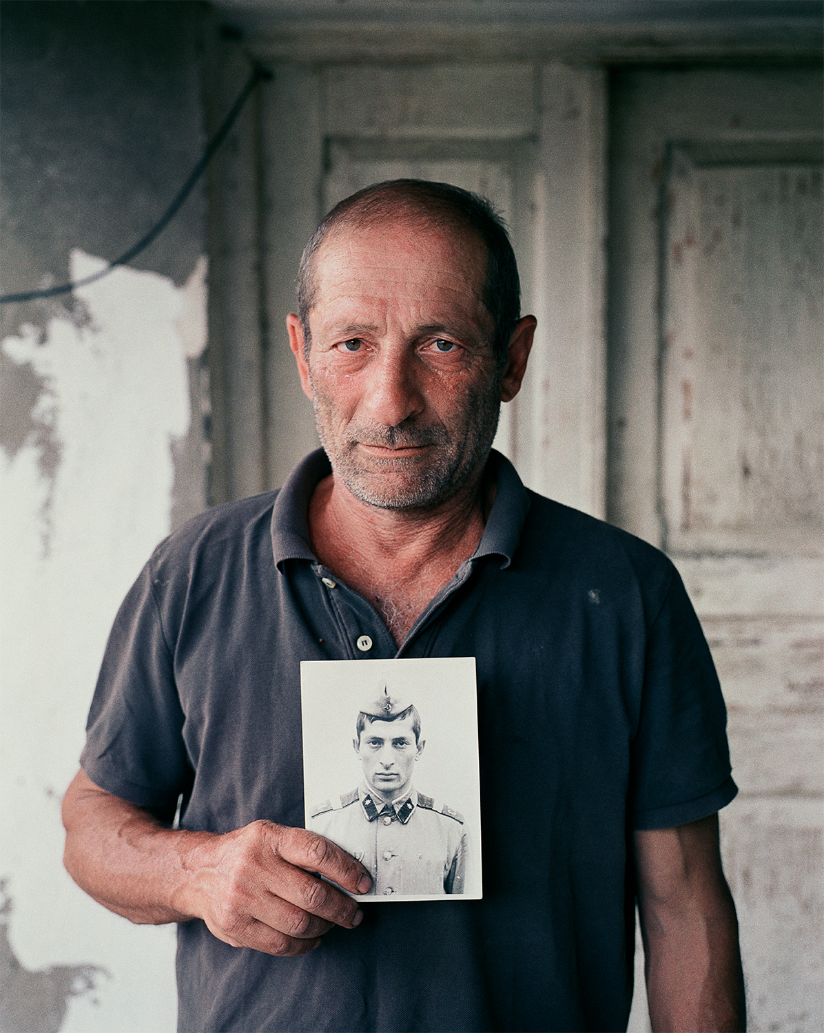 Steffen Junghanß - The Invisible Border old man holding photo of him as a child