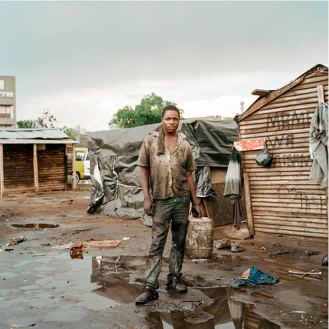 Claudio Rasano SOUTH AFRICA EVERYONE LIVE IN THE SAME PLACE LIKE BEFORE portrait of man in dirty clothes