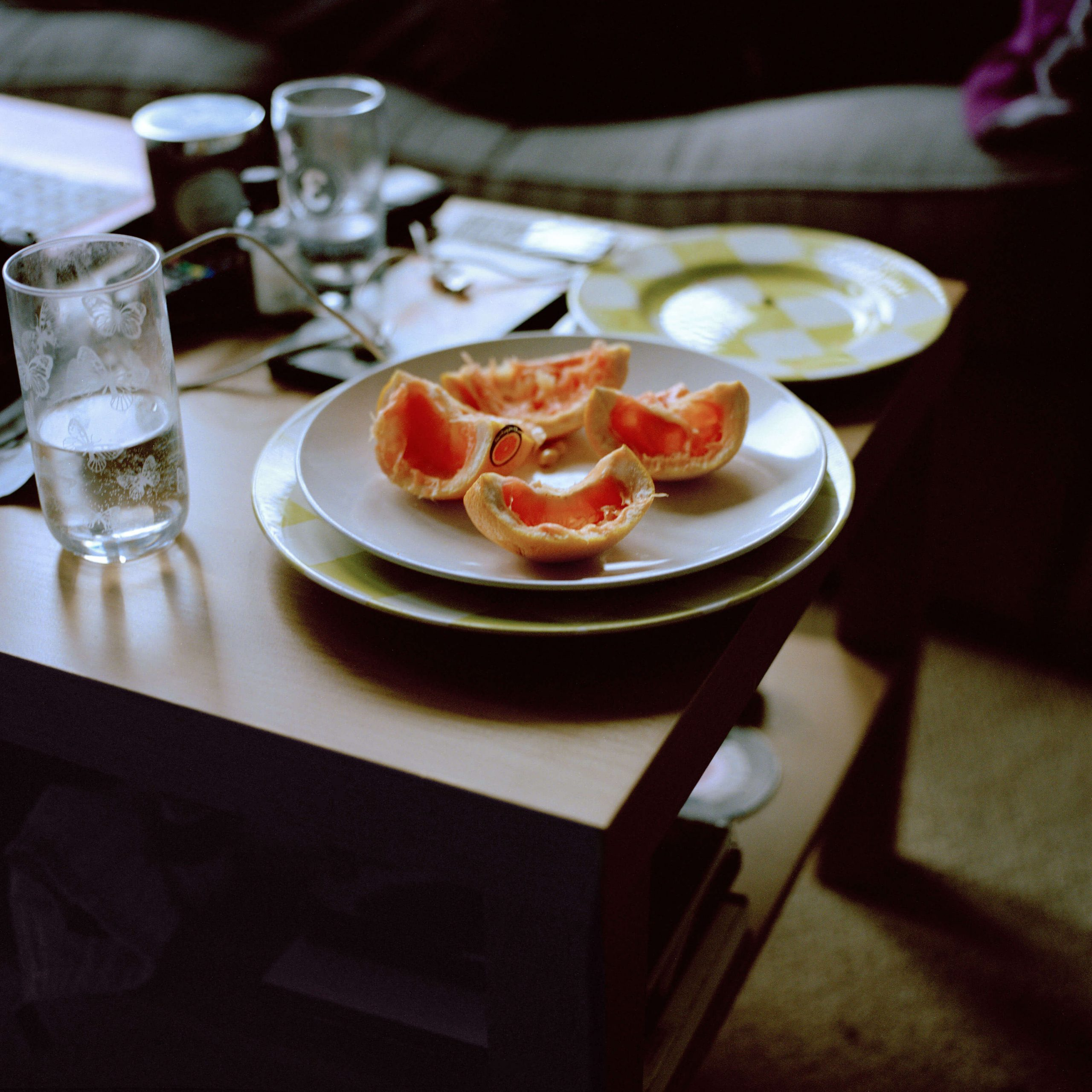 Léa Mariella - Jamie oranges on table