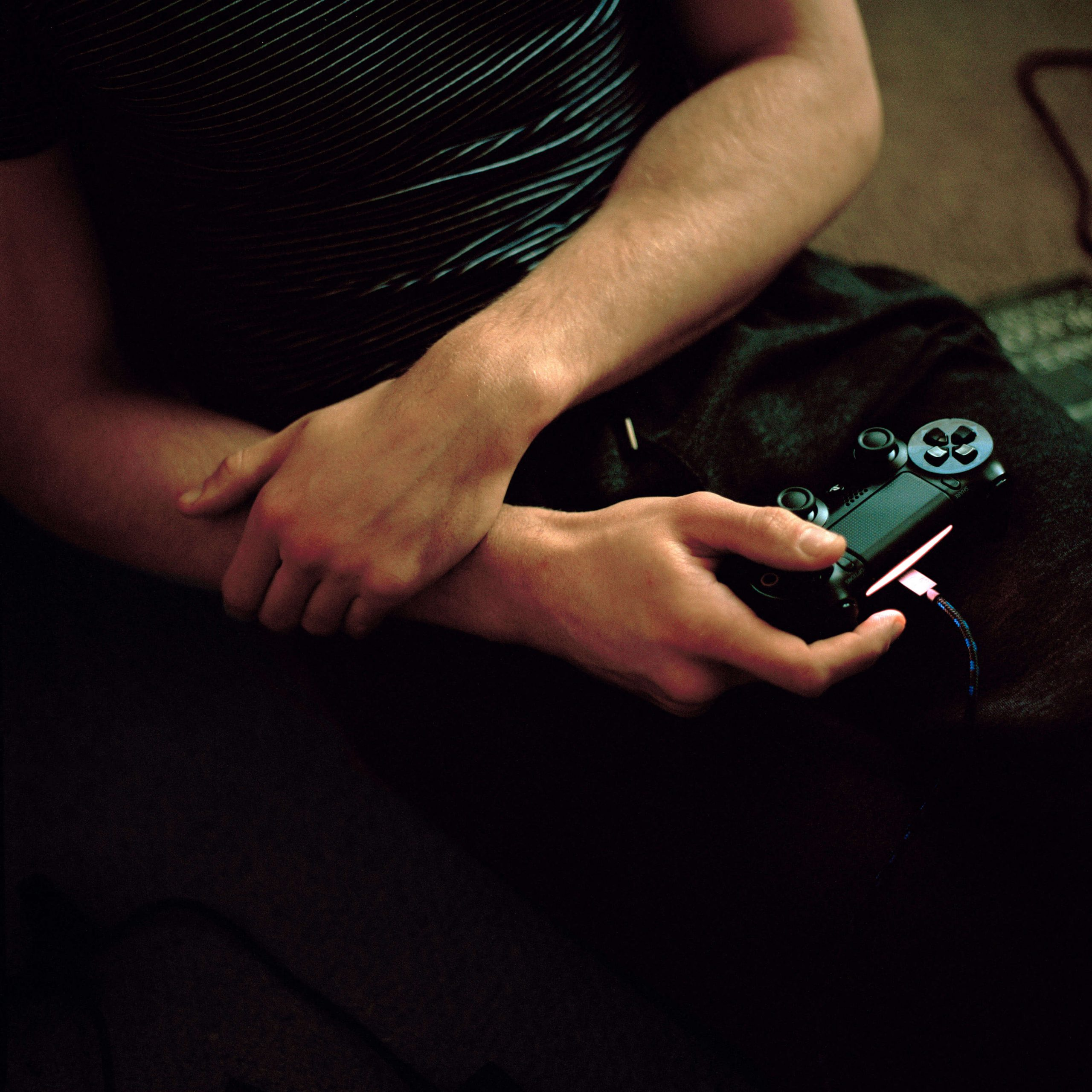 Léa Mariella - Jamie man playing playstation
